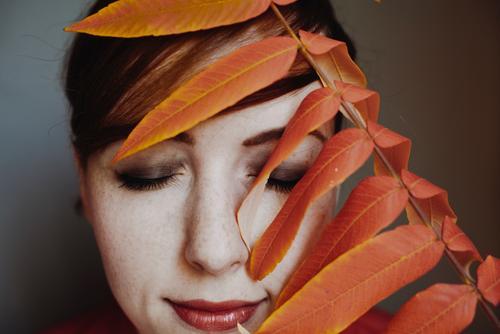 Autumn 07 Lifestyle elegant Stil feminin Junge Frau Jugendliche Erwachsene 1 Mensch 18-30 Jahre 30-45 Jahre schön Blatt Schminke Naturkosmetik natürlich