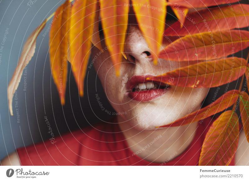 Autumn 17 feminin Junge Frau Jugendliche Erwachsene Mensch 18-30 Jahre 30-45 Jahre Natur schön Lippenstift Mund offen Herbst herbstlich Herbstlaub Herbstfärbung