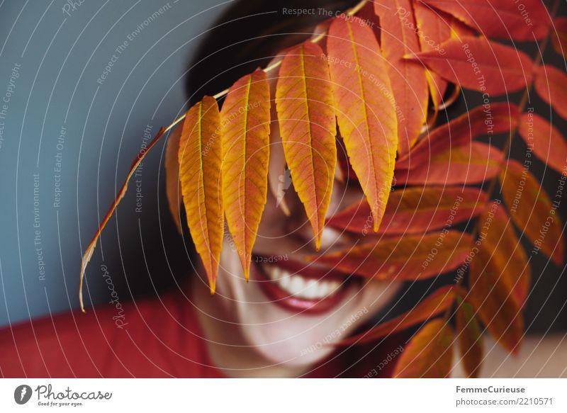 Autumn 05 feminin Junge Frau Jugendliche Erwachsene 1 Mensch 18-30 Jahre 30-45 Jahre schön Natur Naturliebe Blatt Farbe Herbst herbstlich gelb rot Fröhlichkeit