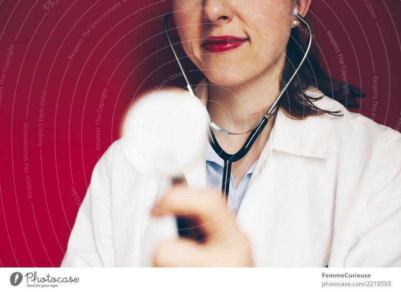 Doctor 21 Frau Mensch Hand rot Erwachsene feminin Kopf Arbeit & Erwerbstätigkeit Beruf hören Medikament Arzt Krankenhaus Lippenstift kompetent Arbeitsbekleidung