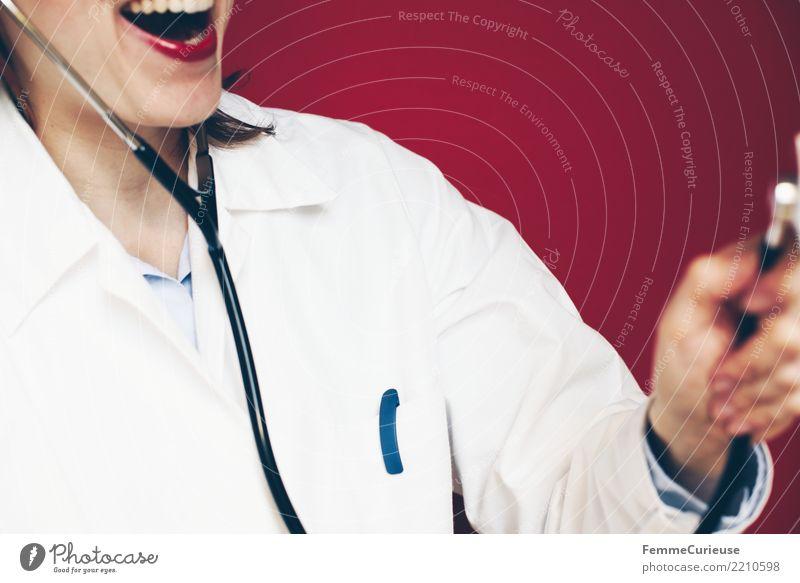 Doctor 19 Frau Mensch rot Freude Erwachsene lustig feminin lachen Arbeit & Erwerbstätigkeit Beruf Vertrauen Arzt Lippenstift spaßig kompetent Arbeitsbekleidung
