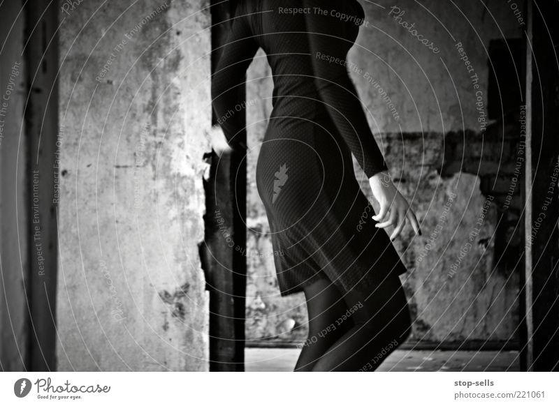Reste der dunklen Tänzerin II Leben Mensch feminin Junge Frau Jugendliche Hand Finger Gesäß Beine 1 Tanzen ästhetisch elegant Abrissgebäude Kurve Mauer Kleid