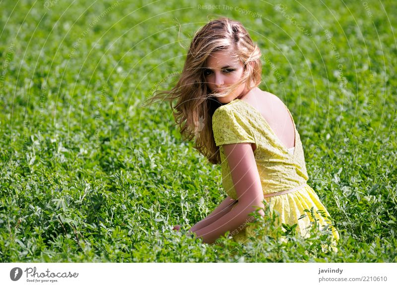 Blondes Mädchen, gekleidet mit einem beigen Kleid, Frau Mensch Natur Jugendliche Junge Frau schön grün 18-30 Jahre Erwachsene Lifestyle Gefühle Wiese feminin