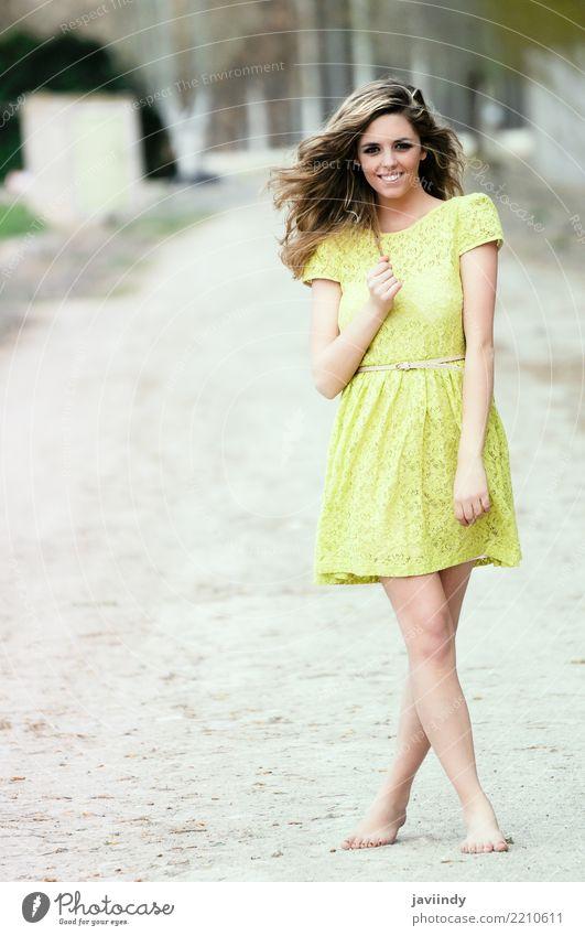 Schönes blondes Mädchen, gekleidet mit einem beige Kleid, Frau Mensch Natur Jugendliche Junge Frau Sommer schön Baum 18-30 Jahre Erwachsene Lifestyle Herbst
