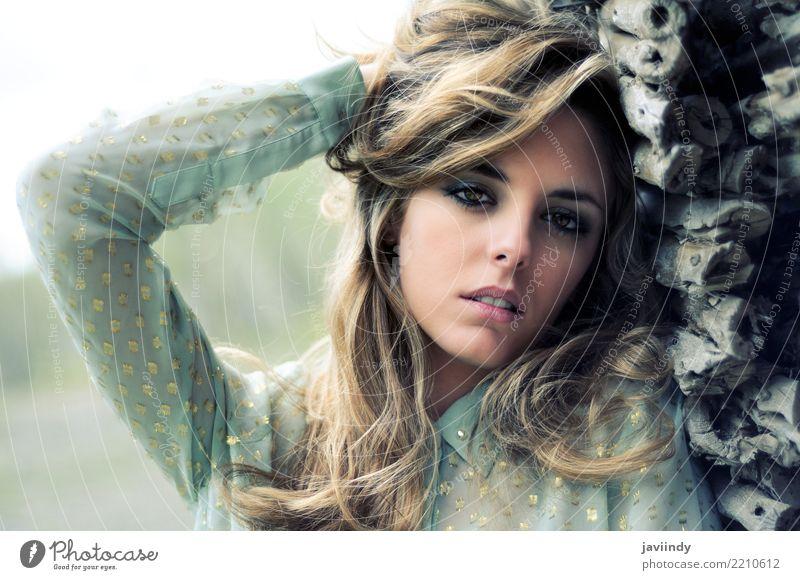 Schöne blonde Frau, die eine alte Wand bereitsteht Mensch Sommer schön weiß Erotik Erholung Gesicht Erwachsene Gefühle natürlich Glück Haare & Frisuren hell