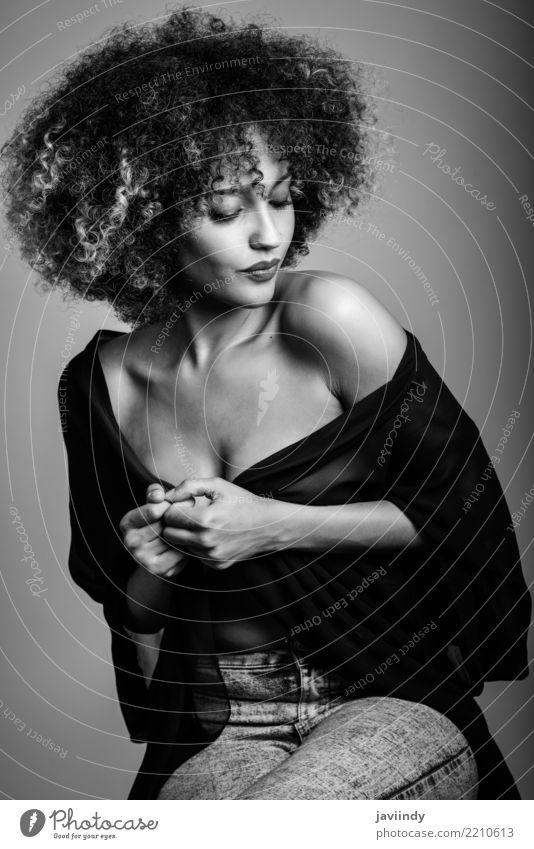 Sexy schwarze Frau mit Afro-Frisur. Stil Glück schön Haare & Frisuren Gesicht Mensch Erwachsene Mode Afro-Look niedlich braun weiß Afrikanisch Behaarung