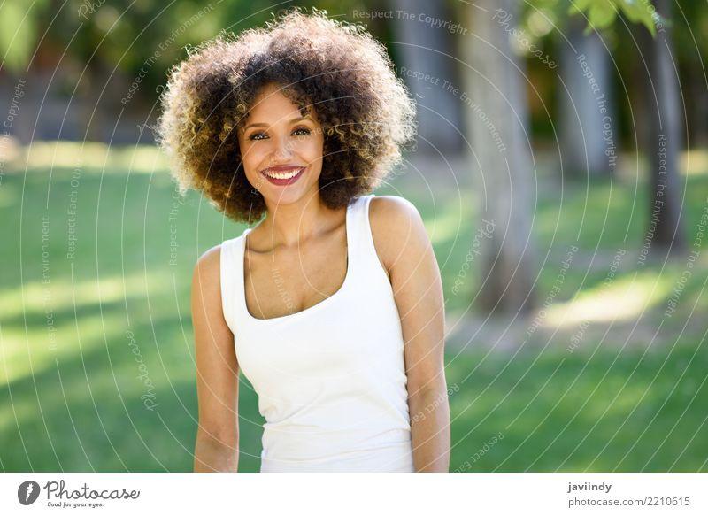 Schwarze Frau mit Afro-Frisur lächelnd im Stadtpark. Lifestyle Stil Glück schön Haare & Frisuren Gesicht Sommer Mensch feminin Junge Frau Jugendliche Erwachsene
