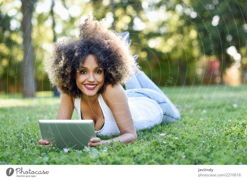 Schwarze Frau mit Afro-Frisur mit ihrem Tablet-Computer Lifestyle Stil Glück schön Haare & Frisuren Gesicht Sommer Mensch feminin Junge Frau Jugendliche