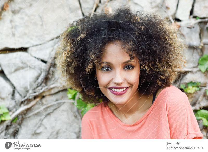 Gemischte Frau mit Afro-Frisur lächelnd Lifestyle Stil schön Haare & Frisuren Gesicht Mensch Erwachsene Mode Afro-Look Lächeln niedlich braun schwarz Aus