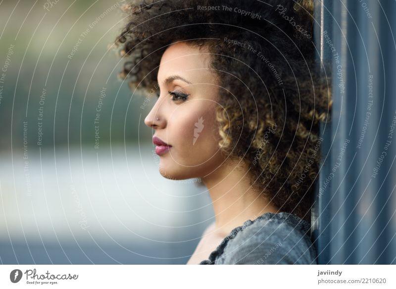 Junge gemischte Frau mit Afrofrisur im städtischen Hintergrund stehend. Lifestyle Stil Glück schön Haare & Frisuren Gesicht Mensch Erwachsene Straße Mode Kleid