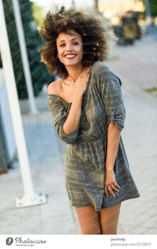 Junge gemischte Frau mit Afro-Frisur lächelnd Lifestyle Stil Glück schön Haare & Frisuren Gesicht Mensch feminin Junge Frau Jugendliche Erwachsene 1 Straße Mode