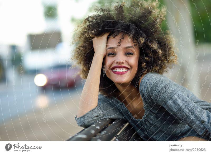 Junge gemischte Frau mit Afro-Frisur lächelnd Lifestyle Stil Glück schön Haare & Frisuren Gesicht Mensch Erwachsene Straße Mode Afro-Look Lächeln niedlich