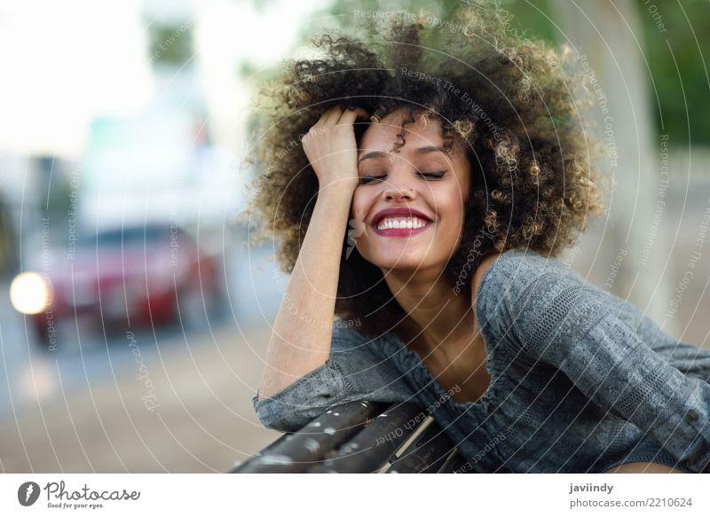 Junge schwarze Frau mit Afro-Frisur lächelt im städtischen Hintergrund Lifestyle Stil Glück schön Haare & Frisuren Gesicht Mensch Erwachsene Straße Mode