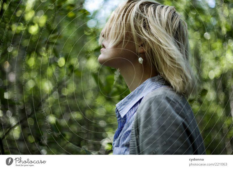 Wind kommt auf Mensch Natur Jugendliche schön ruhig Wald Erholung Leben Freiheit Gefühle Umwelt Stil Haare & Frisuren träumen Erwachsene Zufriedenheit