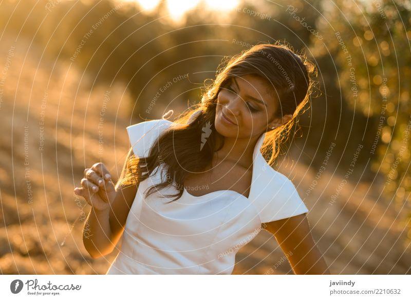 Schöne Braut draußen in einem Wald mit Sonnenlicht Glück schön Haare & Frisuren Gesicht Hochzeit Mensch feminin Junge Frau Jugendliche Erwachsene 1 Natur Mode