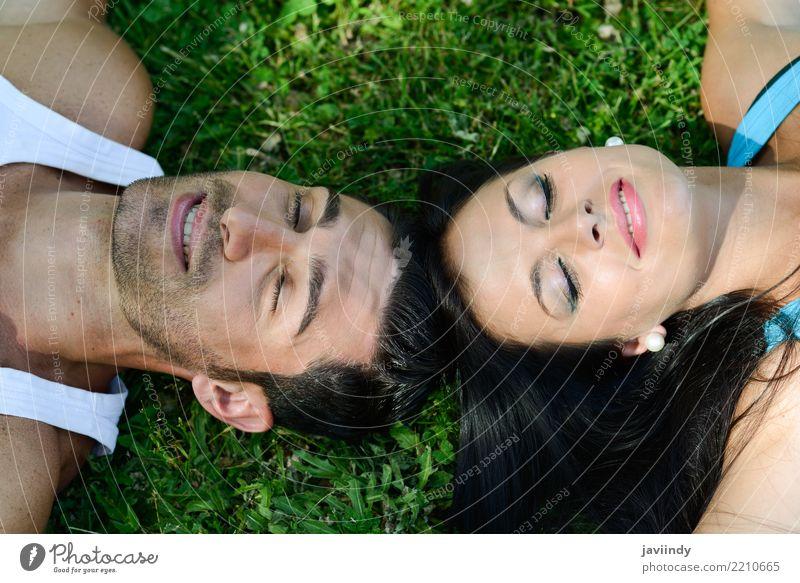 Glückliche lächelnde Paare, die auf grünes Gras legen Frau Mensch Natur Mann Sommer schön Erholung Freude Erwachsene Lifestyle Herbst Liebe natürlich
