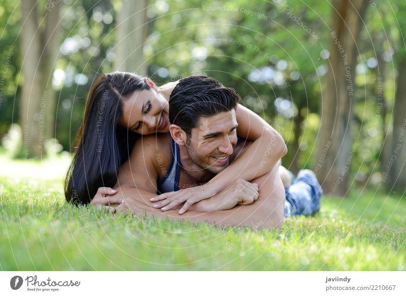 Glückliche lächelnde Paare, die auf grünes Gras legen Lifestyle Freude schön Erholung Freizeit & Hobby Sommer Valentinstag Frau Erwachsene Mann