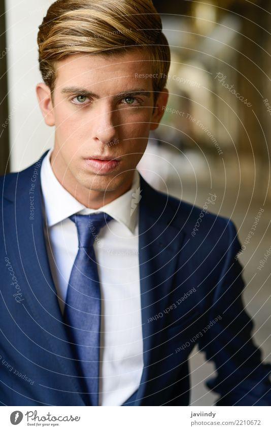 Geschäftsmann im städtischen Hintergrund, der blauen Anzug trägt elegant Stil Arbeit & Erwerbstätigkeit Beruf Mensch Mann Erwachsene Mode Krawatte blond stehen