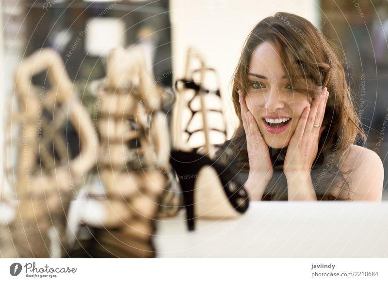 Frau, die schaut, um Fenster zu präsentieren oder zu kaufen. Mensch Sommer schön weiß Freude Erwachsene Straße Lifestyle Gefühle Stil Haare & Frisuren Mode