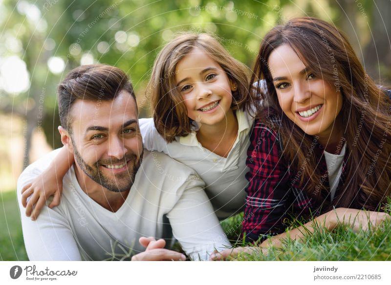 Glückliche junge Familie in einem städtischen Park. Kind Frau Natur Mann Sommer schön Freude Erwachsene Lifestyle Herbst Liebe Gefühle Gras