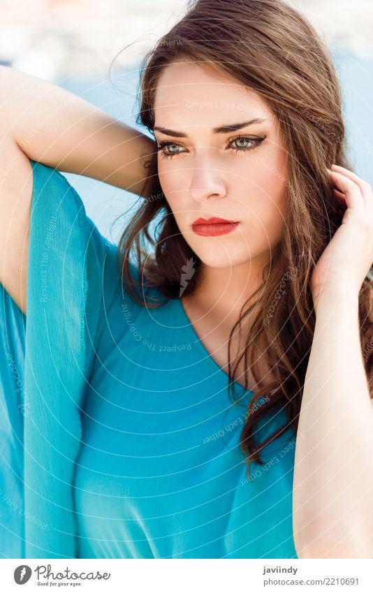 Schöne junge Frau mit den blauen Augen, die blaues Kleid tragen Mensch Ferien & Urlaub & Reisen Sommer schön Sonne Meer Erotik Strand Erwachsene Lifestyle Stil