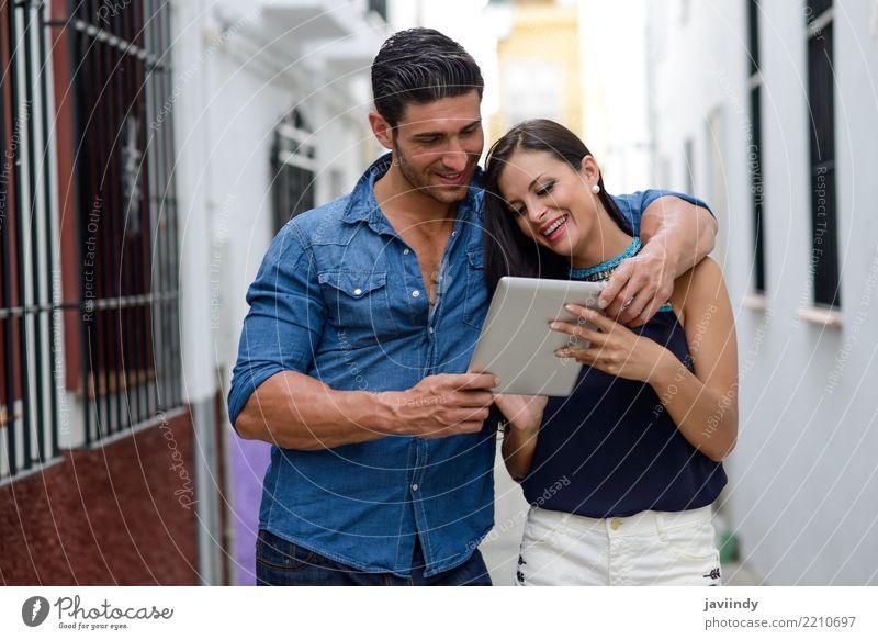 Paare mit Tablet-Computer im städtischen Hintergrund Frau Mensch Mann schön Gesicht Erwachsene Lifestyle Liebe Glück Zusammensein Textfreiraum Stadtleben modern