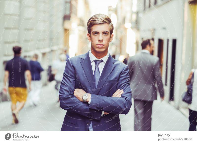 Attraktiver junger Geschäftsmann im städtischen Hintergrund elegant Stil Arbeit & Erwerbstätigkeit Beruf Mensch Mann Erwachsene Mode Anzug Krawatte blond stehen
