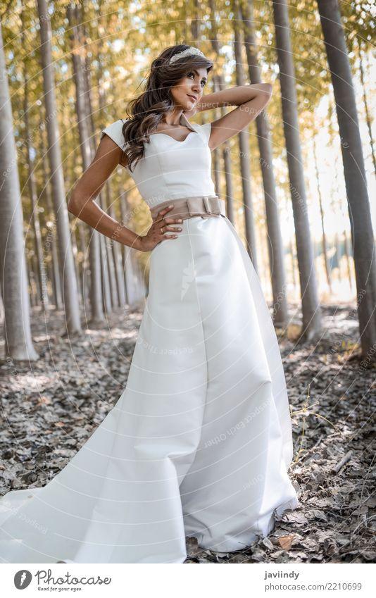Schöne Braut draußen in einem Wald Design Glück schön Haare & Frisuren Hochzeit Mensch Frau Erwachsene Natur Mode Kleid Blumenstrauß niedlich weich grün weiß