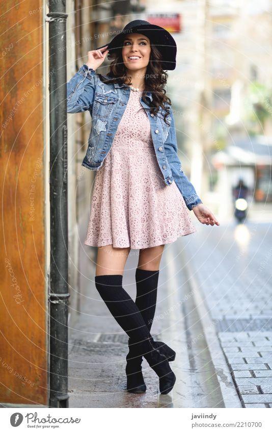 Junge Brunettefrau, Modell der Mode, im städtischen Hintergrund Lifestyle Stil Glück schön Haare & Frisuren Gesicht Mensch Frau Erwachsene Zähne Herbst Straße
