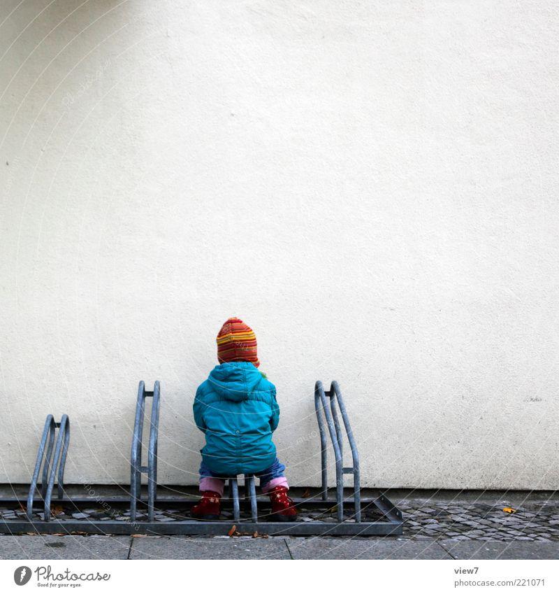 pferdchen Kind Kleinkind 1 Mensch Mauer Wand Fassade gebrauchen knien machen Spielen warten dünn authentisch einfach Fröhlichkeit klein Glück Vertrauen Kindheit
