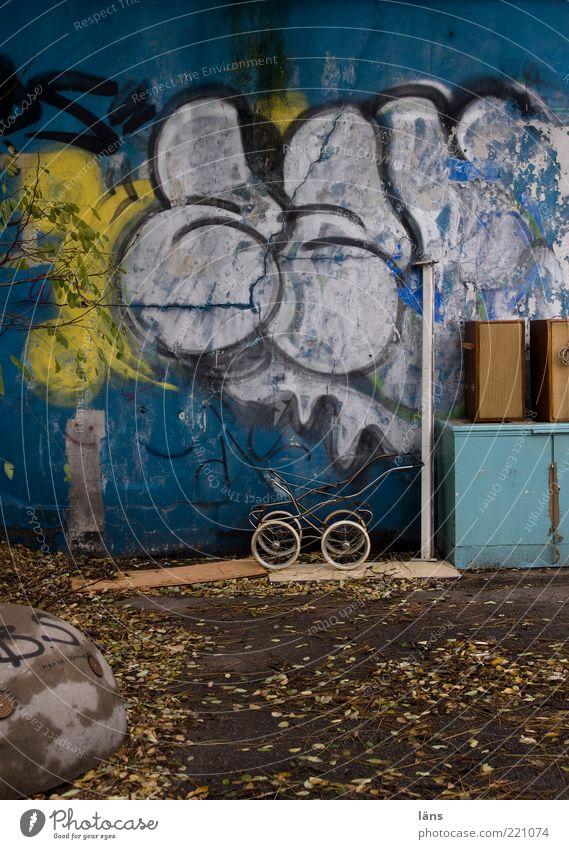 Haus-stand alt Stadt blau Blatt Haus Herbst träumen Stein Graffiti braun Beton Fassade authentisch Schriftzeichen Wandel & Veränderung Müll
