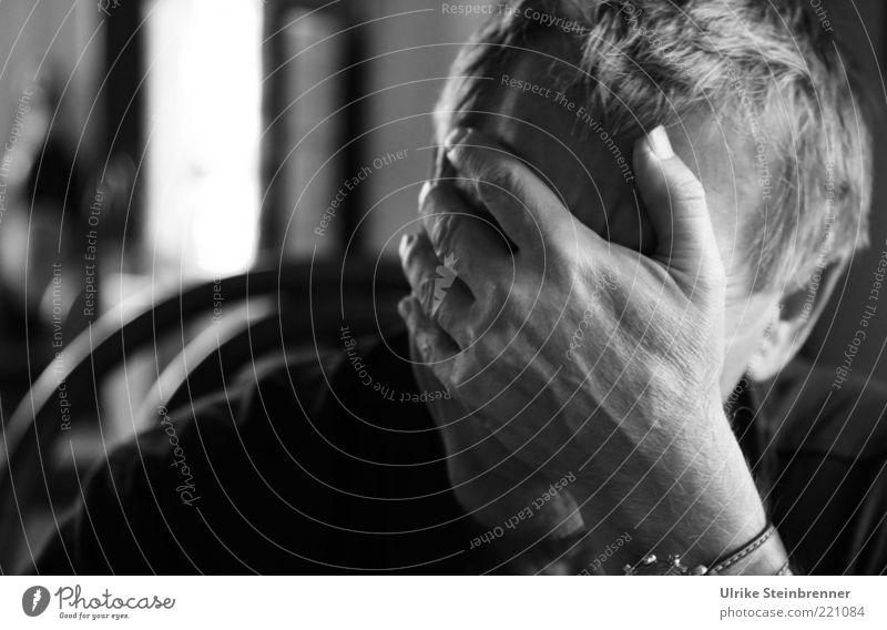 Blues Mensch Mann Hand Senior Einsamkeit Leben Gefühle Haare & Frisuren Kopf Traurigkeit Denken Stimmung Erwachsene maskulin authentisch geheimnisvoll
