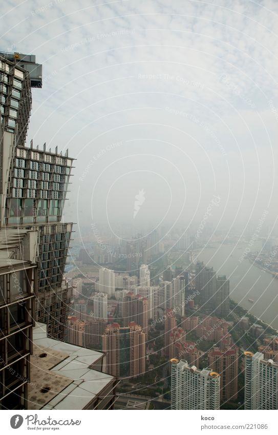 Shanghai Städtereise Wolken Sommer Nebel Fluss Huang Pu Fluß China Asien Hafenstadt Skyline Hochhaus Yin Mao Tower Glas Metall Stadt Stimmung Zukunft Aussicht