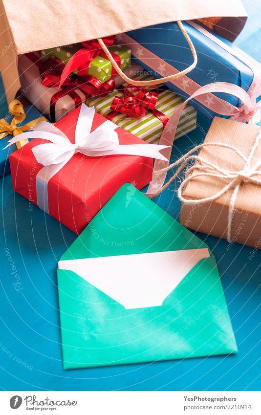 Offener Umschlag und bunte Geschenke Glück Feste & Feiern Freundschaft Schnur Kerze Überraschung Silvester u. Neujahr Tüte Holztisch Handarbeit vertikal