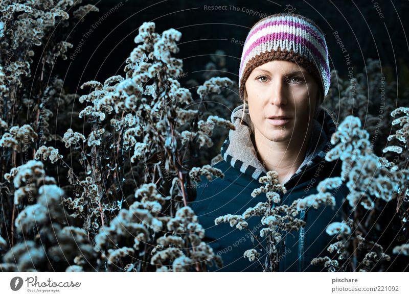 Haubenzeit Lifestyle schön feminin 1 Mensch 18-30 Jahre Jugendliche Erwachsene Natur Sträucher Mode Mütze blond beobachten Blick dunkel kalt blau Winter