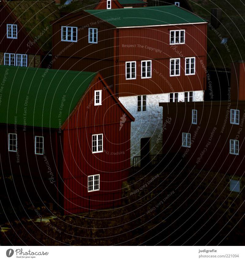 Färöer weiß Stadt grün Haus Fenster Gebäude Stimmung Architektur Hauptstadt Skandinavien eckig Einfamilienhaus dunkelbraun Føroyar Tórshavn