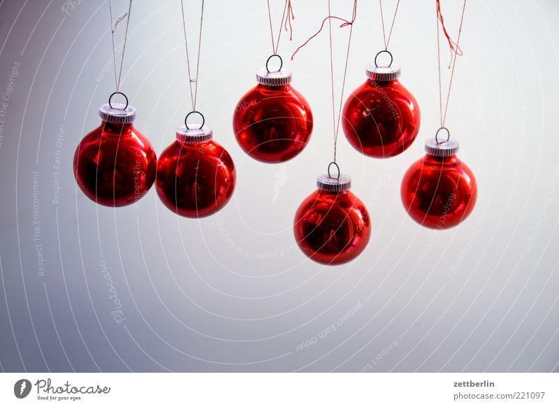 Weihnachtskugeln Christbaumkugel hängend rot Weihnachten & Advent Haken Dekoration & Verzierung Hintergrund neutral Menschenleer 6 nebeneinander Glas glänzend