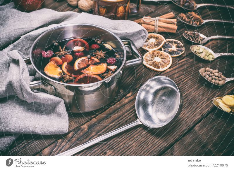 Glühwein in einem Topf mit Griffen Apfel Orange Kräuter & Gewürze Getränk Alkohol Wein Pfanne Löffel Winter Tisch Feste & Feiern Weihnachten & Advent Holz heiß