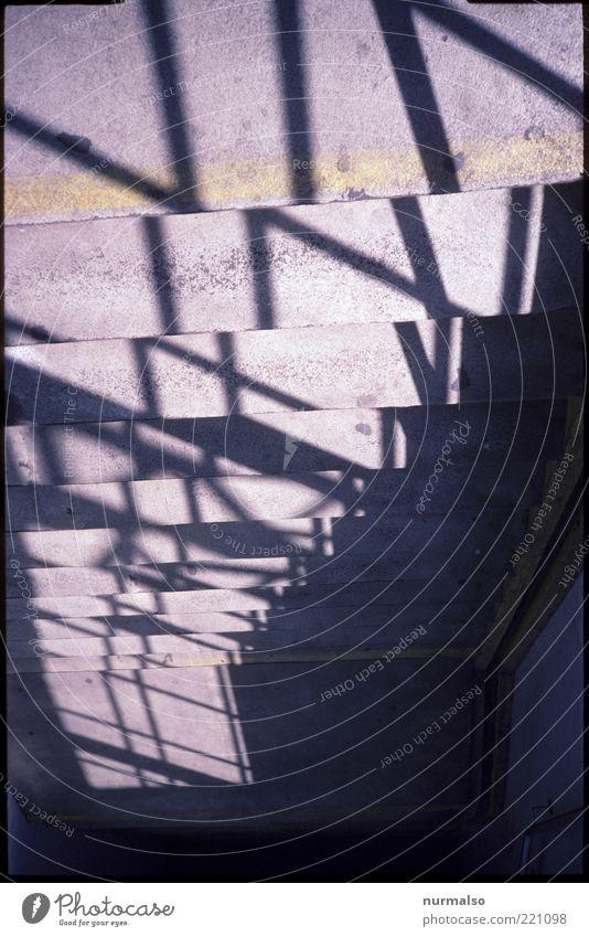 Treptogon Umwelt Menschenleer Treppe Zeichen ästhetisch dunkel eckig modern trist Geländer Schatten Symmetrie Fußgängerunterführung Farbfoto Licht Kontrast