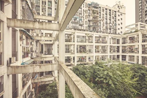 Alte Wohngebäude. alt Stadt Haus Fenster Architektur Wand Gebäude Mauer Wohnung Häusliches Leben retro dreckig Aussicht Asien Stadtzentrum Balkon