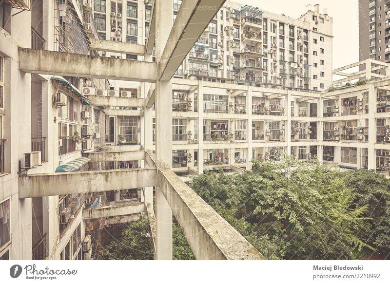 Alte Wohngebäude. Häusliches Leben Wohnung Haus Stadt Stadtzentrum überbevölkert Gebäude Architektur Mauer Wand Balkon Fenster alt dreckig retro Entwicklung