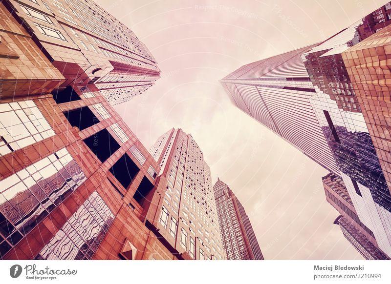 Wolkenkratzern in den Wolken oben betrachten. Himmel Stadt Architektur Wand Gebäude Mauer Büro modern Hochhaus elegant Kraft Aussicht Erfolg Asien Stadtzentrum