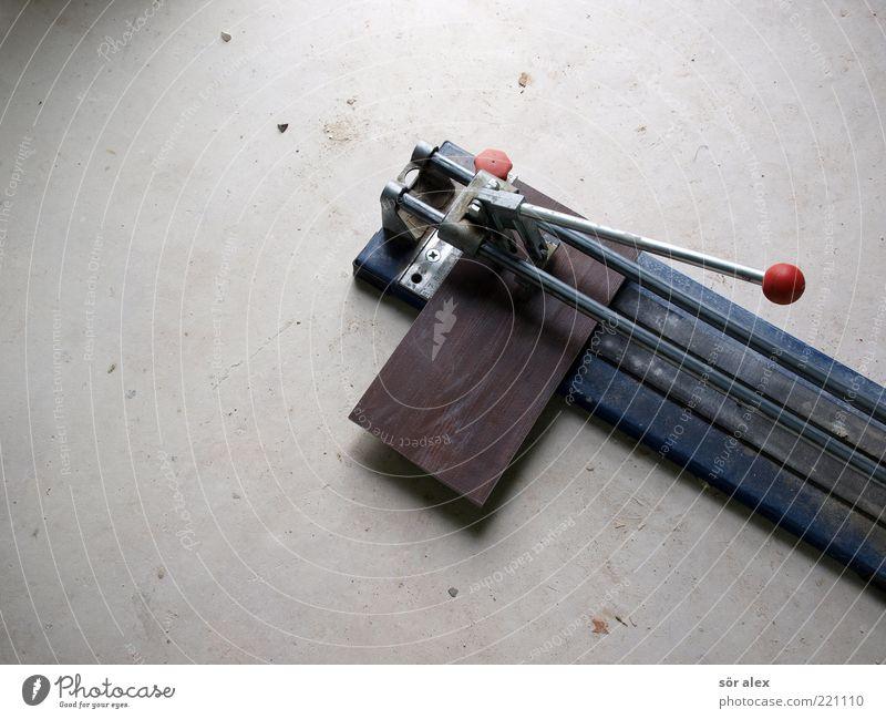 Fliese schneiden Arbeit & Erwerbstätigkeit Handwerker Fliesenleger Betonboden Fliesenschneider Fliesen u. Kacheln Metall bauen machen dreckig blau grau Tatkraft