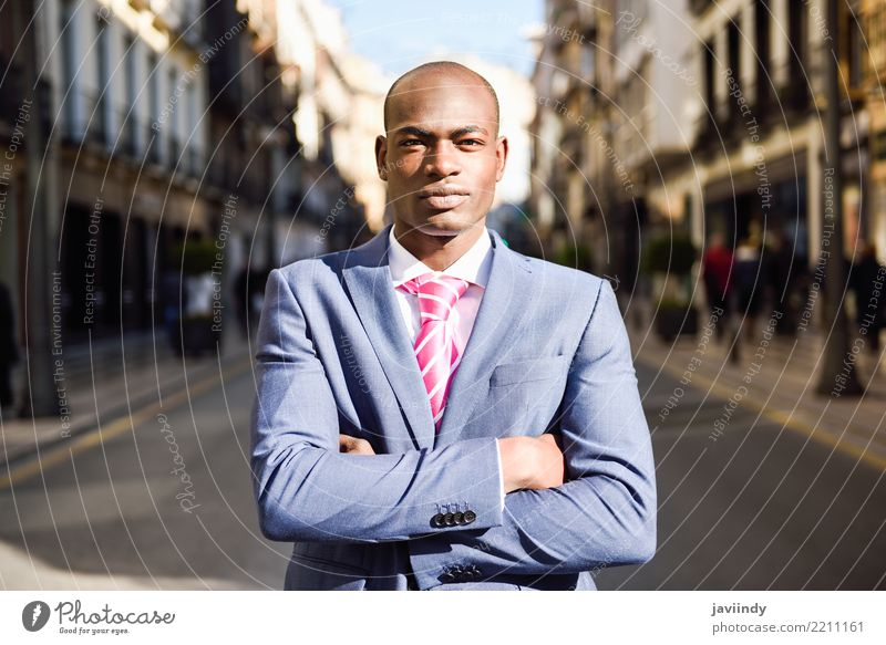 Tragender Anzug des hübschen schwarzen Mannes im städtischen Hintergrund Glück schön Erfolg Business Mensch maskulin Erwachsene 1 18-30 Jahre Jugendliche Straße