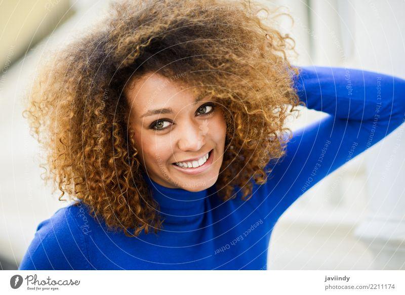 Junge Frau lächelnd mit Afro-Frisur und grünen Augen elegant Stil schön Haare & Frisuren Gesicht Mensch Erwachsene Herbst Mode Afro-Look Lächeln niedlich