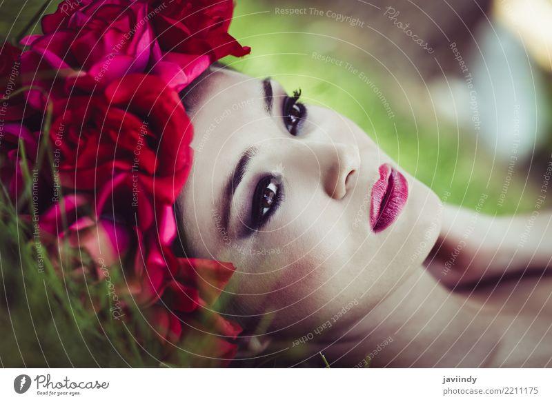 Japanische Frau mit rosa und roten Blumen Mensch Natur Jugendliche Junge Frau schön 18-30 Jahre Gesicht Erwachsene feminin Gras Garten Haare & Frisuren Mode