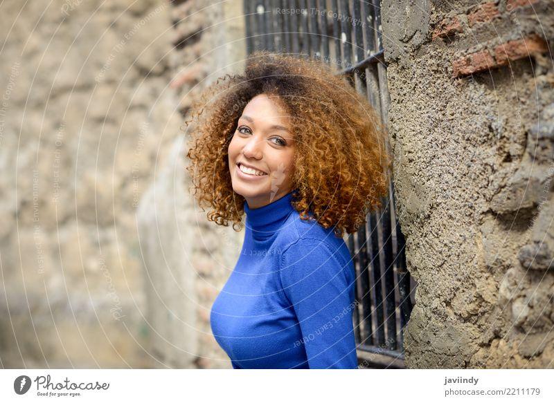 Afroamerikanerin lächelnd mit Afro-Frisur Lifestyle elegant Stil schön Haare & Frisuren Gesicht Mensch Junge Frau Jugendliche Erwachsene 1 18-30 Jahre Herbst