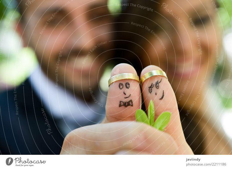 Trauringe an ihren Fingern, die mit Braut und Bräutigam bemalt sind, schön Feste & Feiern Hochzeit Mensch Frau Erwachsene Mann Paar 18-30 Jahre Jugendliche