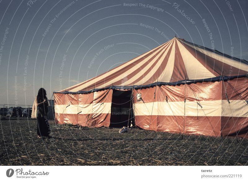 Die Ruhe vor dem Festival Freizeit & Hobby Vorfreude warten Erwartung ruhig Zirkuszelt gestreift rot-weiß Gelassenheit alternativ Eingang Spannung