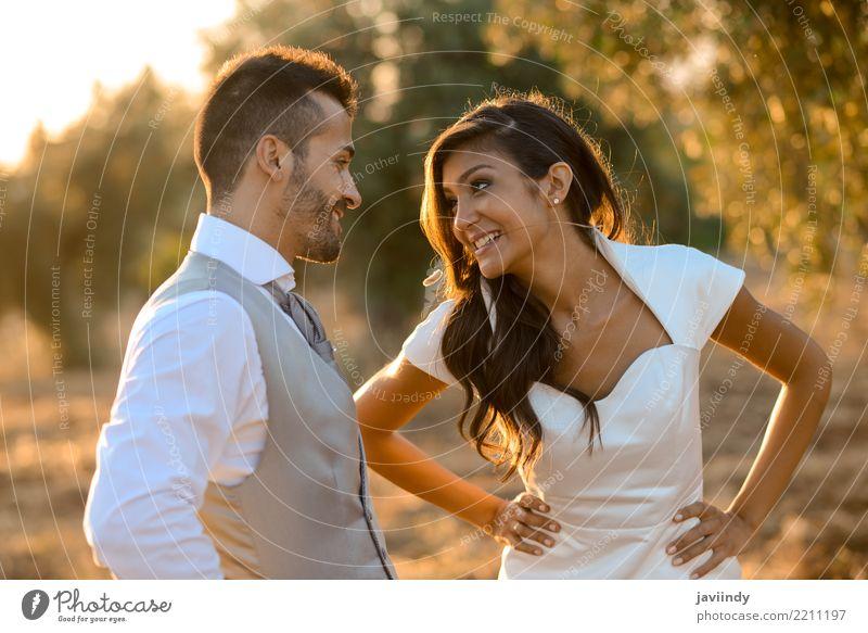 Gerade verheiratetes Paar zusammen im Naturhintergrund Glück schön Feste & Feiern Hochzeit Frau Erwachsene Mann 2 Mensch Blume Kleid Anzug Blumenstrauß Küssen